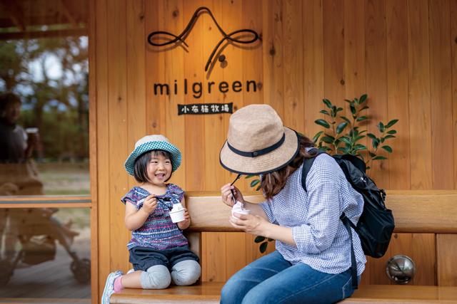 アイスを食べる親子の写真